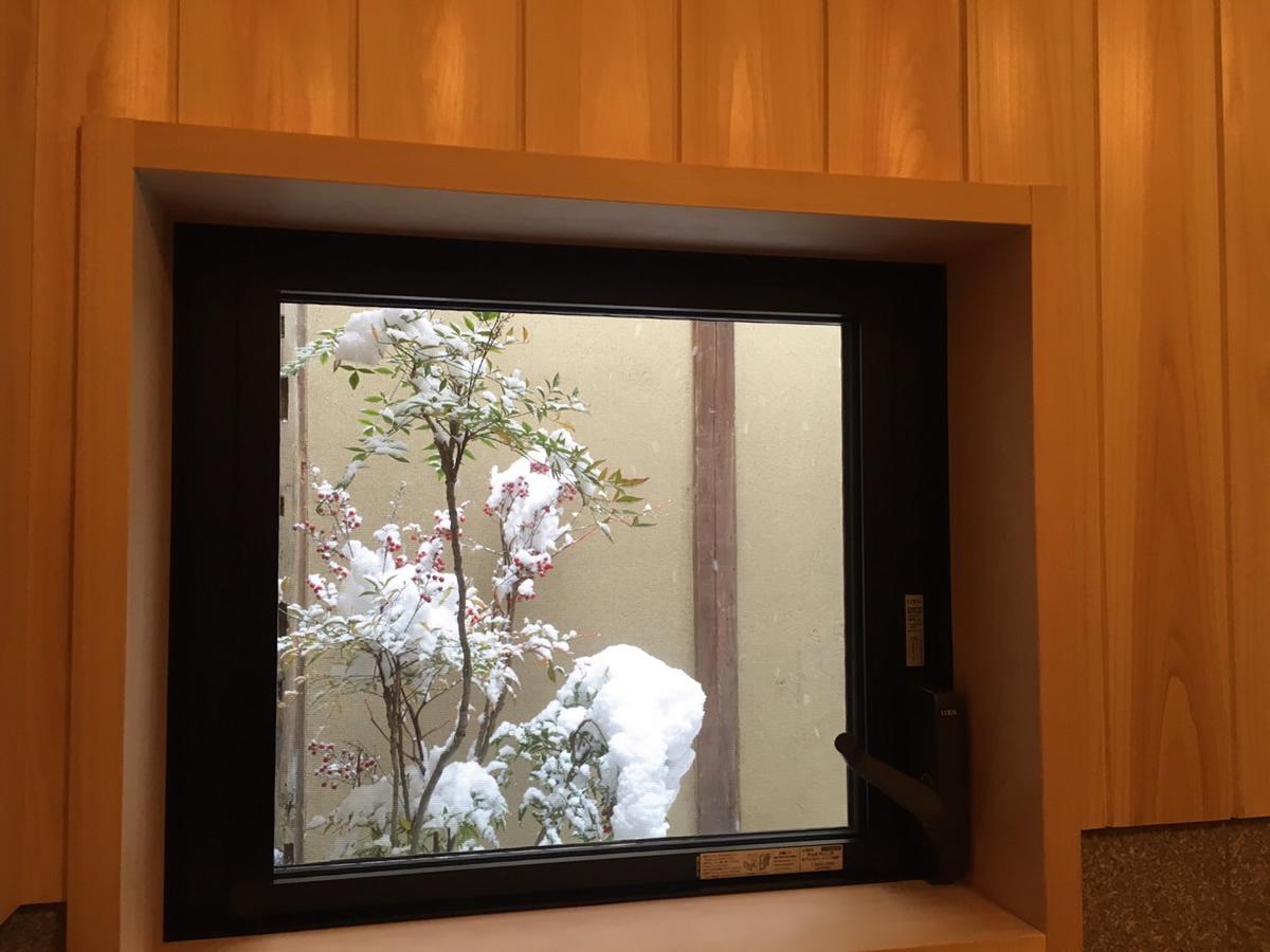 箱庭を眺めながらひのきの芳香と温もりに包まれる